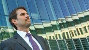 10x18-P8292866-300x169 Anwalt vor Glasfassade