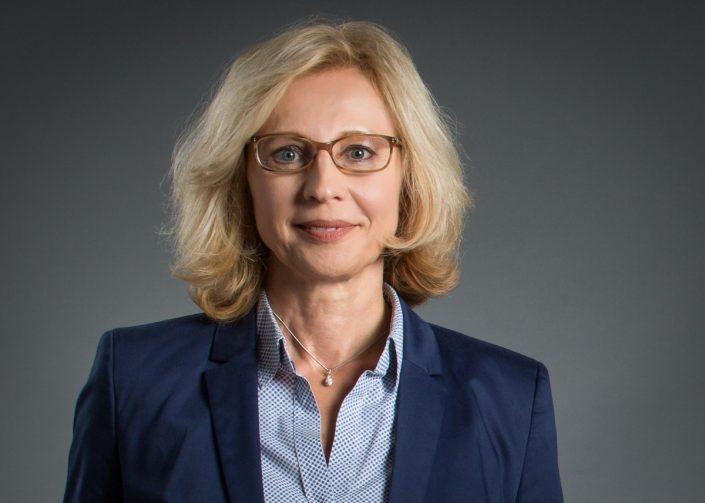 fotostudio mainz Businessfoto Anwältin mit Brille zehn