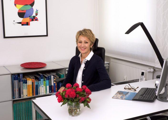 professionelle bewerbungsfotos Arzt Blick in die Praxis drei