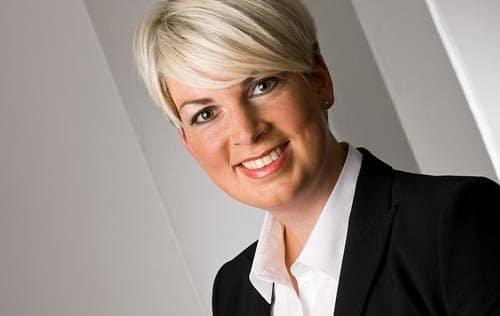 Bewerbungsfoto blonde frau vor weißem hintergrund businessfotos einundzwanzig