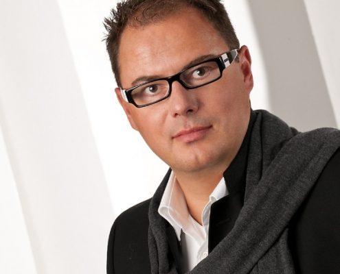 Bewerbungsfoto Mann mit Schal und schwarzer Brille profesionelles fotoshooting vierzehn