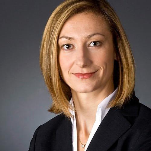 Bewerbungsfoto Frau mit Kette fotografiert im fotostudio das portrait bewerbungsfotos mainz vier
