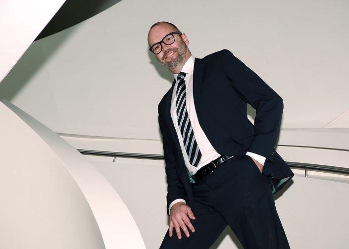 Business-Mann-Treppe-stehend-705x503 Galerie Businessfotos