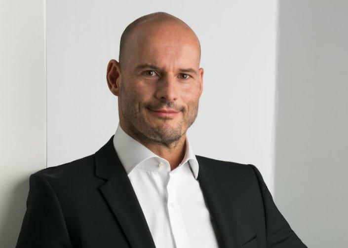 portrait Businessfotos mann an weisser wand im fotostudio frankfurt