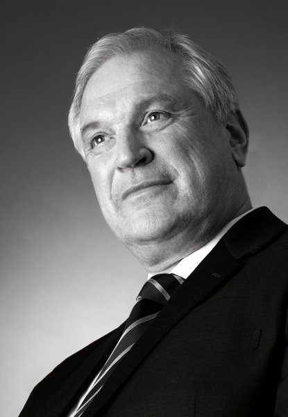 bewerbungsfotos frau Businessfotos mann in schwarz weiss fotografiert vom fotograf frankfurt sechsunddreissig