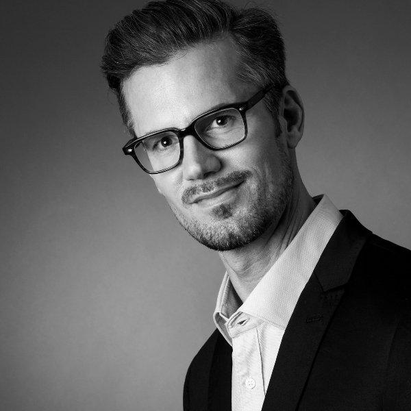 bewerbungsfotos mainz Businessfotos mann mit brille im fotostudio frankfurt zwanzig