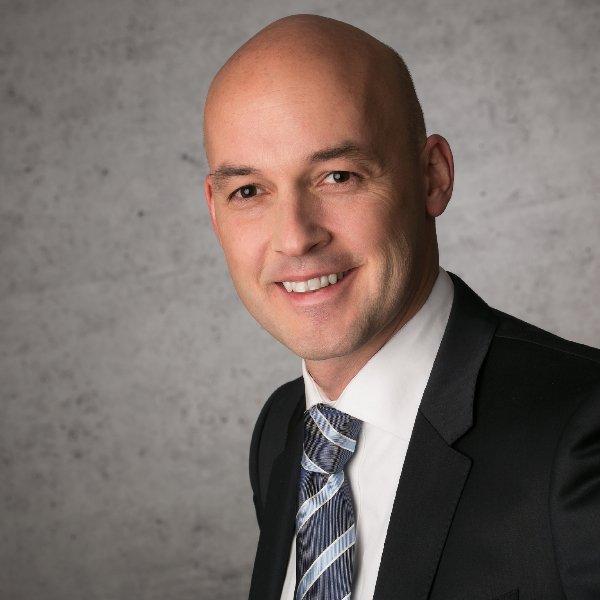 portrai foto Businessfotos mann mit glatze fotografiert vom fotografen frankfurt zwölf