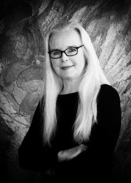 Dame mit brille und blonden haaren im fotostudio frankfurt das portrait neunzehn