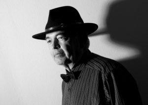 Seniorenportrait mit Hut fotografiert von portraitfotograf frankfurt dreizehn