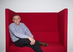 Mann-auf-Sofa