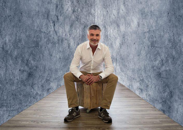 portrai Portrait-Mann-auf-Kiste neunundreisig