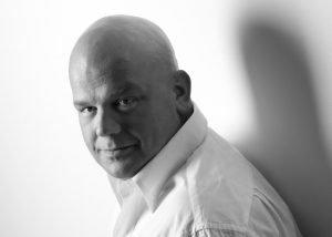 Portraitfotos mann im weißem hemd fünf
