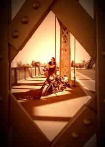 Fotoserie-Motorrad-auf der Brücke