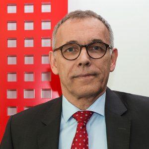 Ole-Mller-Jensen-mit Roten Symbol im Hintergrund