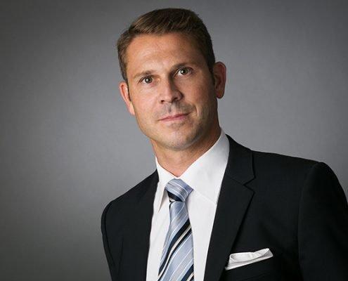 Bewerbungsfoto mit gestreifter Krawatte