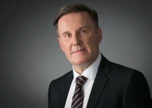 fotostudio wiesbaden Anwalt schwarzer Anzug weinrote Krawatte sechs