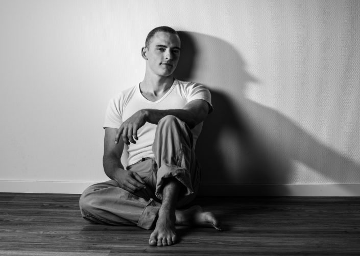 portraitfotos mann sitzt zwei