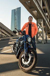 Motoradfan mit seiner Maschine fotostudio das portrait frankfurt acht